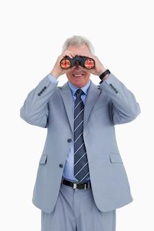 Улыбаясь зрелого торговца, глядя через шпионское стекло