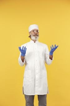 안경에 웃는 의사. 외딴. 파란색 장갑에 남자입니다.
