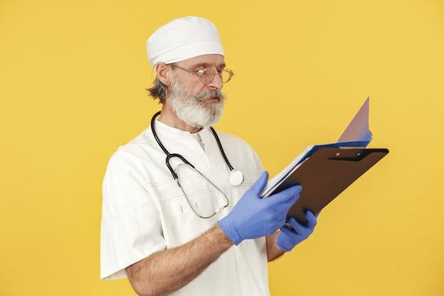 Medico sorridente con lo stetoscopio. isolato. uomo in guanti blu.