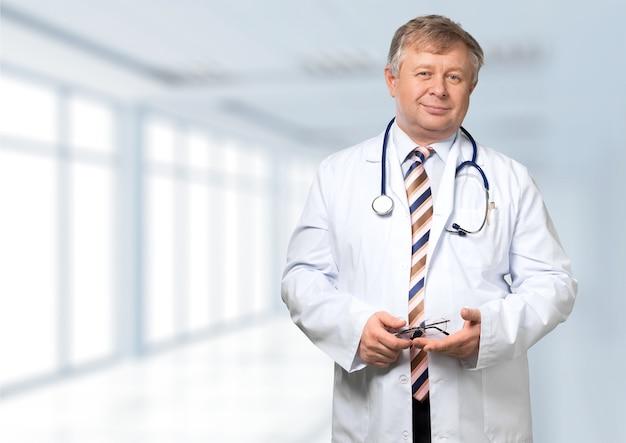 Улыбающийся врач со стетоскопом. изолированные на фоне
