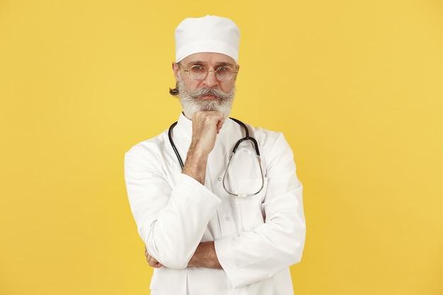 聴診器で笑顔の医師。孤立。
