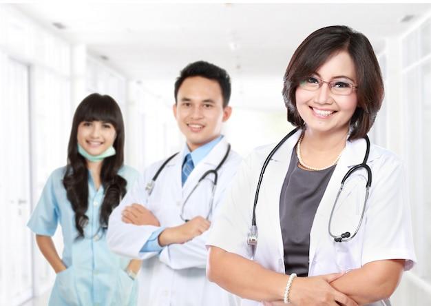 Улыбающийся врач со стетоскопом