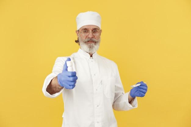 온도계와 웃는 의사. 외딴. 파란색 장갑에 남자입니다.