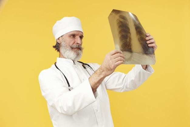 엑스레이 결과 함께 웃는 의사. 외딴.