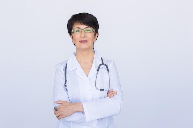 聴診器で笑顔の医師の女性。白い背景の上