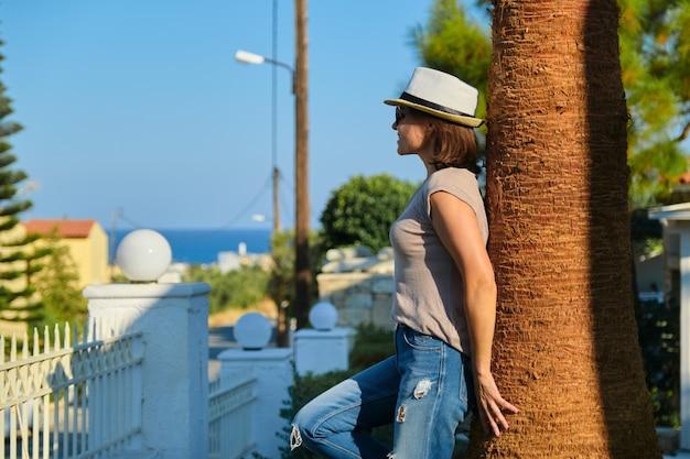 熱帯の海辺のリゾートで休暇を楽しんでいる中年女性の笑顔