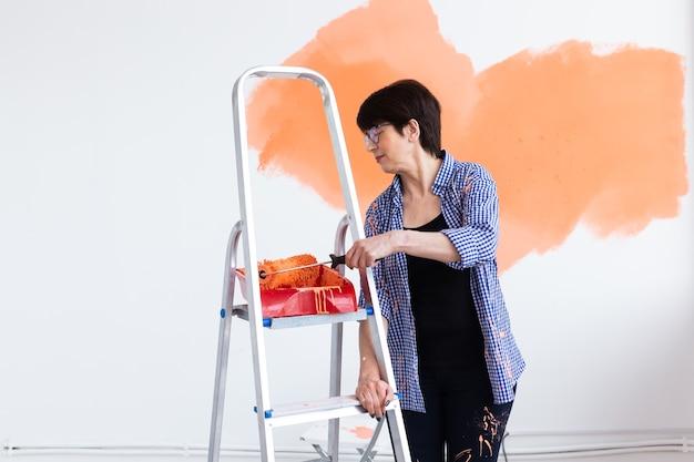 집의 중간 여자 그림 내부 벽에 웃 고. 개조, 수리 및 재 장식