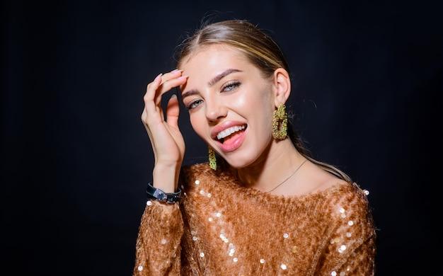 Улыбающаяся модель девушка модные украшения сексуальная девушка с чистой идеальной кожей макияж косметический спа