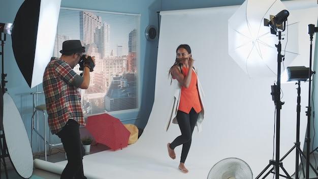 사진 작가를 위해 포즈를 취하는 아프리카 민족성의 웃는 모델