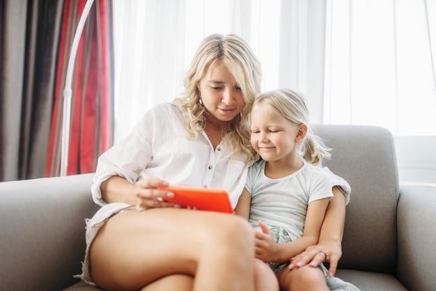 母と子の笑顔が自宅の電話画面に見えます。親の気持ち、一体感、幸せな家族