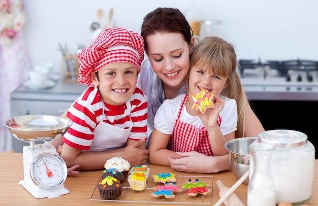 웃는 어머니와 부엌에서 제빵 어린이