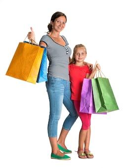 Улыбающаяся мать и дочь с хозяйственными сумками