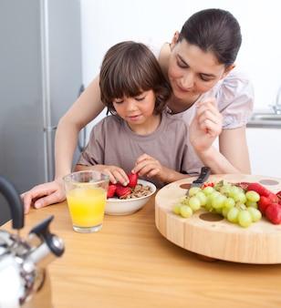 웃는 어머니와 그녀의 아이 아침 식사