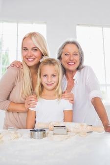 웃는 엄마와 딸이 함께 요리