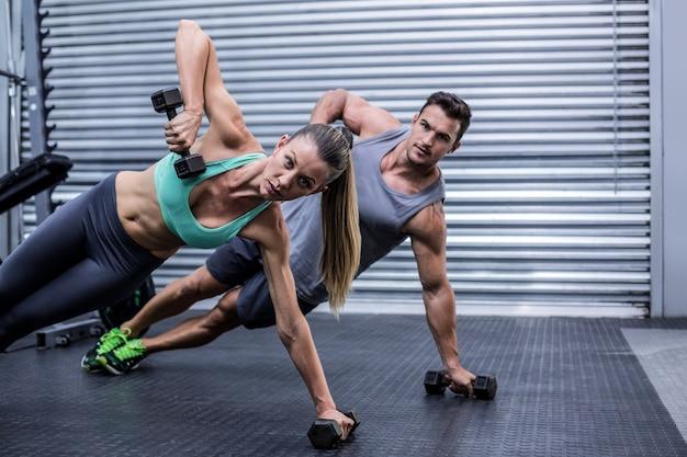 サイドの板をしている笑顔の筋肉のカップル