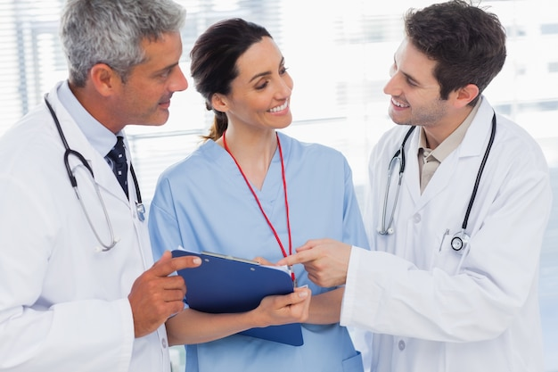 看護師と医者が一緒にファイルを探しているのを笑顔で