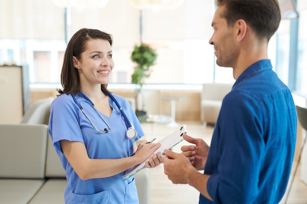 患者と話している看護師の笑顔