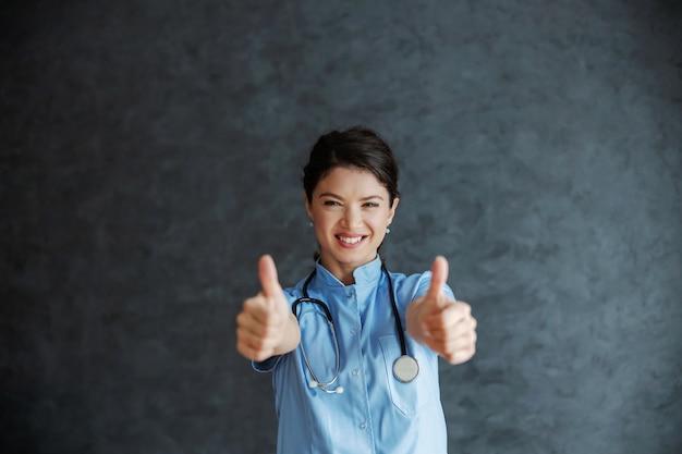 Улыбающаяся медсестра со стетоскопом на шее