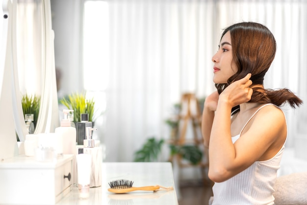 陽気な美しいきれいなアジアの女性の美しさの笑顔白い服でポーズをとってきれいな新鮮な健康的な白い肌。
