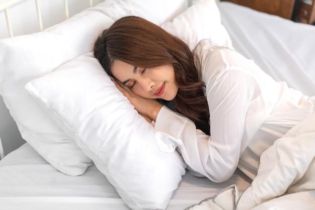 밝고 아름다운 예쁜 아시아 여자 깨끗하고 신선한 건강한 하얀 피부 자고 눈을 감고 웃고.
