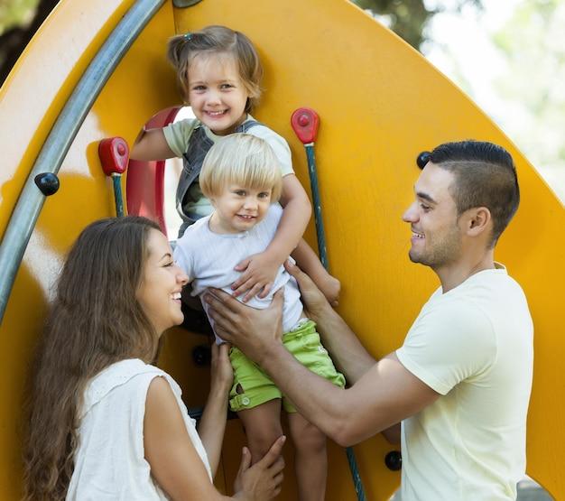 Улыбающиеся родители помогают детям на лестнице