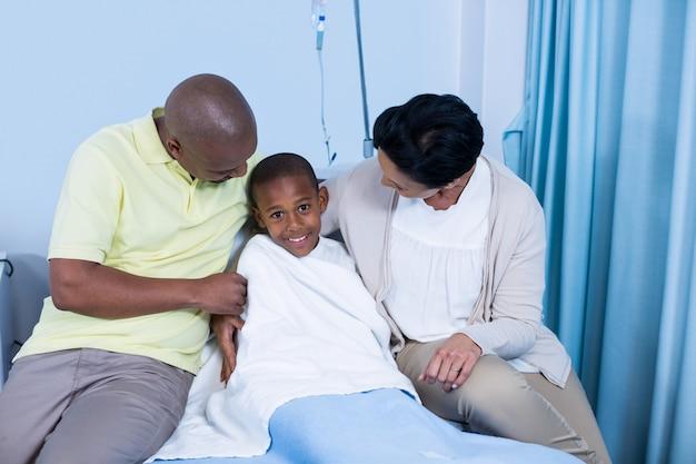 患者と対話する笑顔の両親