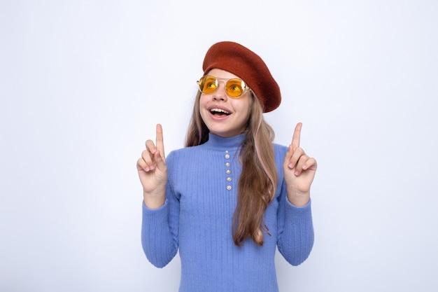 帽子と眼鏡をかけている美しい少女に笑顔のポイント