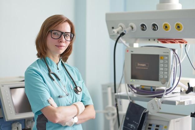 Icuの首に聴診器で白赤毛の女性集中治療医の笑顔の肖像画