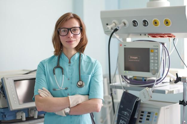 Icuの白人女性集中療法士の笑顔の肖像画