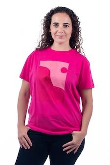 ピンクのtシャツと笑顔のポジティブな若い女性。