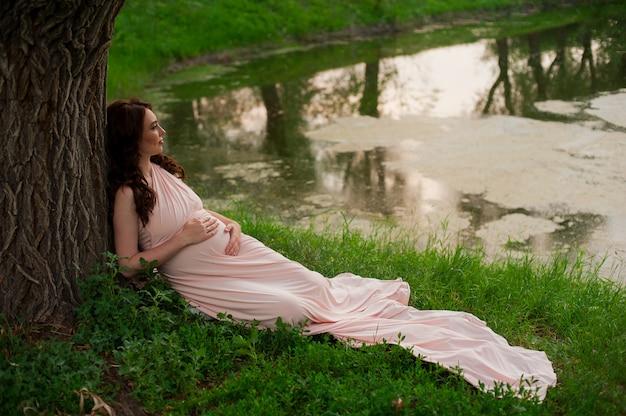 임신 한 여자는 25-29 세 호수 휴식. 어머니. 임산부