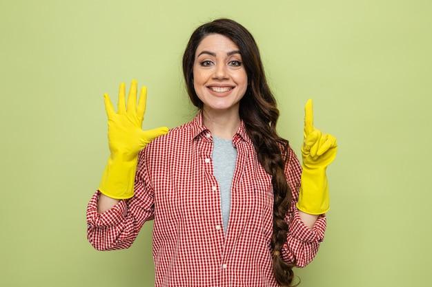 指で6を身振りで示すゴム手袋でかなり白人のきれいな女性を笑顔