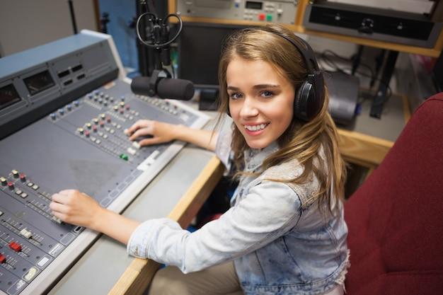 Улыбающийся симпатичный радиоведущий модерирует