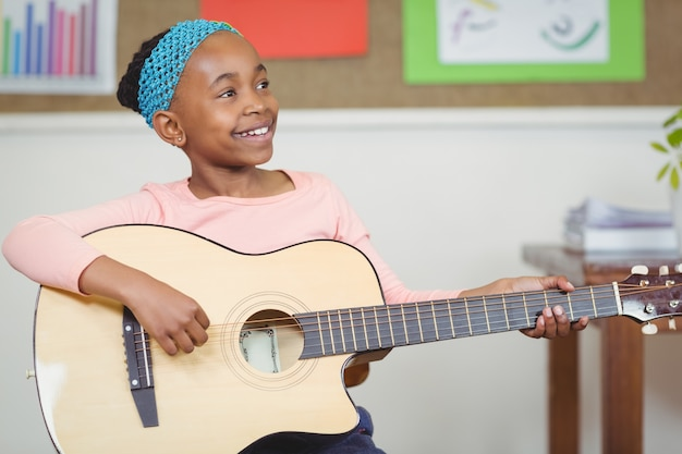 教室でギターを弾く瞳孔を笑って