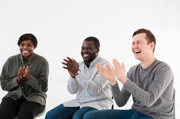 拍手を送る笑顔のリハビリ患者