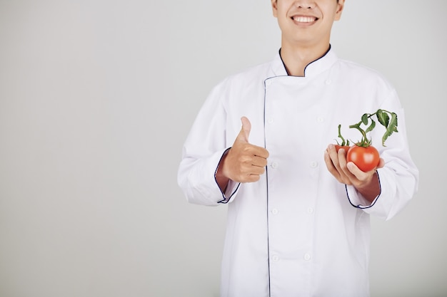 笑顔のレストランのシェフ
