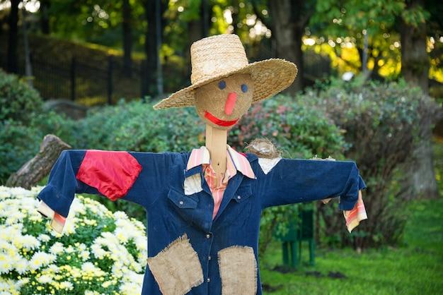 Усмехаясь чучело в огороде в сельской местности.