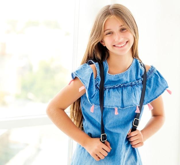 室内でバックパックを持つ笑顔の女子高生