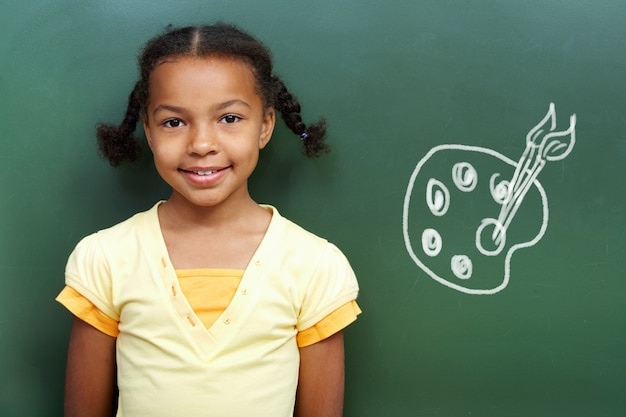 Улыбаясь школьница с доски фоне