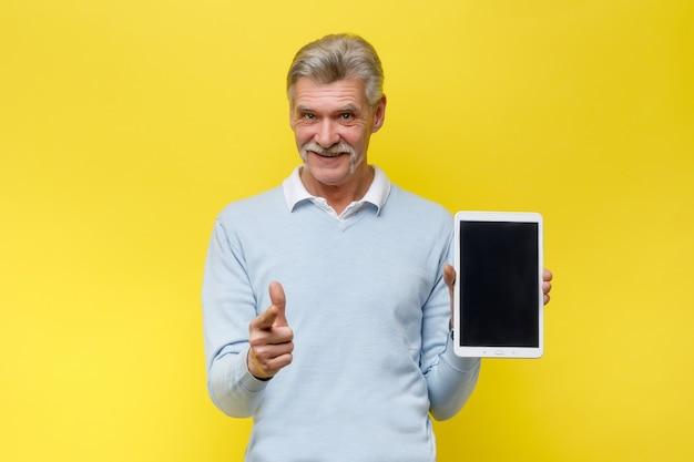 Uomo anziano sorridente con tavoletta digitale sulle mani