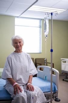 病棟でシニア患者を笑顔