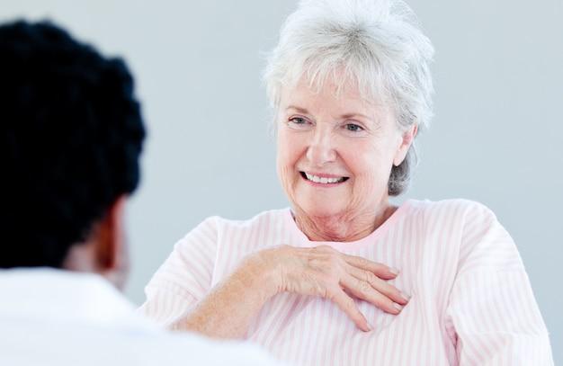 그녀의 의사와 얘기하는 휠체어에 앉아 수석 환자 미소