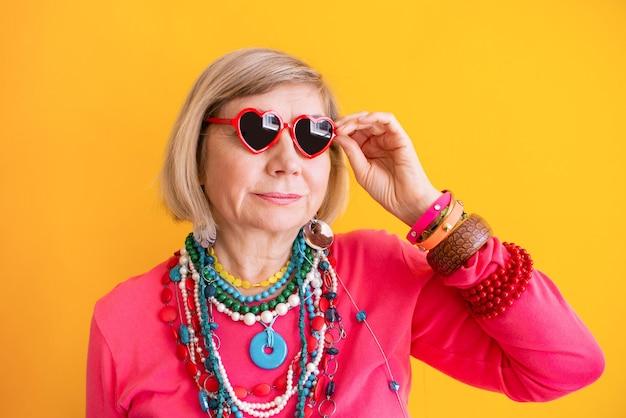 노인에 대한 세련된 옷 컨셉으로 즐겁게 웃고 있는 노인 여성