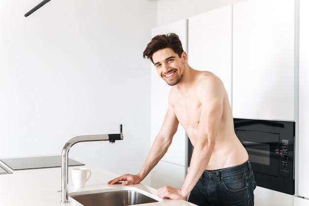 上半身裸の男の笑顔