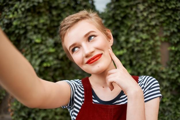 笑顔の短い髪の女性赤い唇屋外クローズアップ
