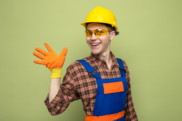 안경을 쓴 유니폼과 장갑을 끼고 5명의 젊은 남성 건축업자를 보여주는 미소