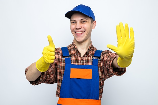 제복을 입고 장갑을 낀 모자를 쓴 젊은 청소부에게 엄지손가락을 치켜드는 미소를 보여주고 있다
