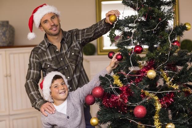 息子、父、クリスマスツリーを飾る