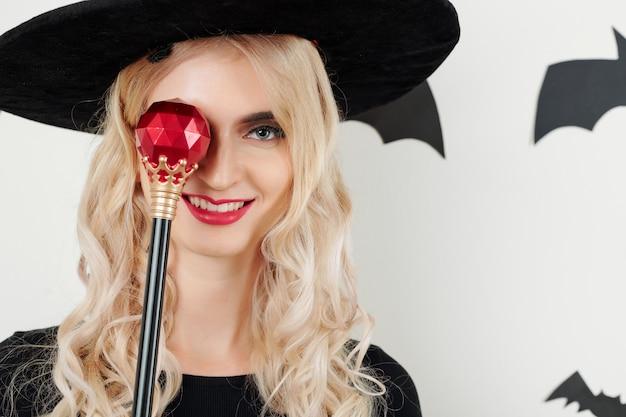 Улыбающаяся колдунья с волшебной палочкой