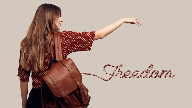 Улыбающаяся студентка битник женщина с рюкзаком собирается в отпуск